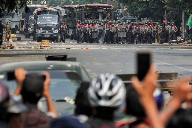Lors d'une manifestation anti-coup d'État à Mandalay, en Birmanie, le 3 mars