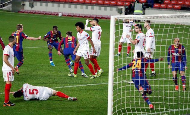 Los jugadores del Barcelona celebran el gol de Piqué en el