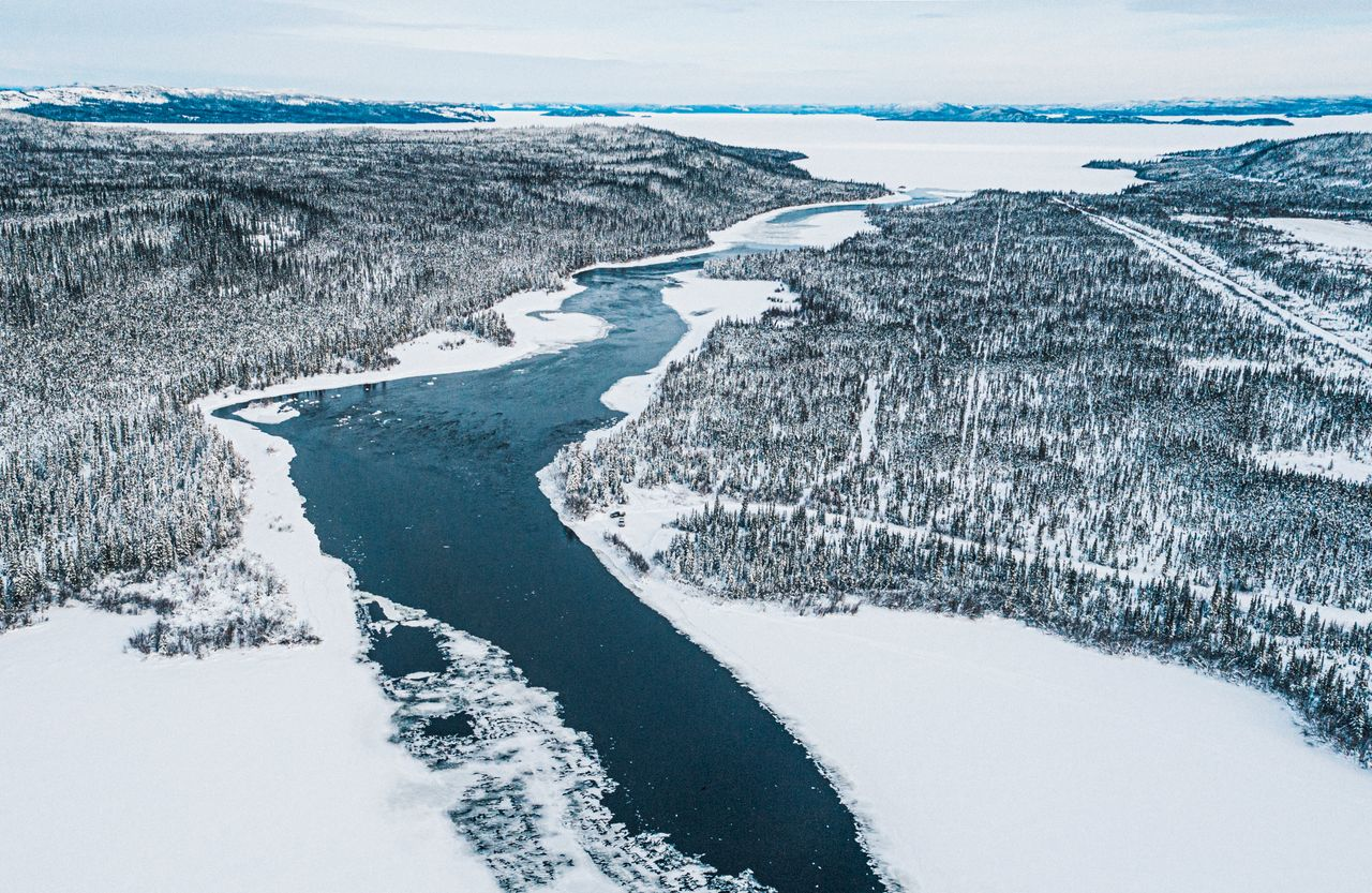 Lake trout, whitefish and ciscoes can be found in Snowdrift River, southeast of Łutsël K'é. It feeds into The Kálı̨ka Tué (Stark Lake) and then into Tu Nedhé (Great Slave Lake).