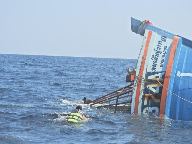 泳いで沈没船に向かう救助隊