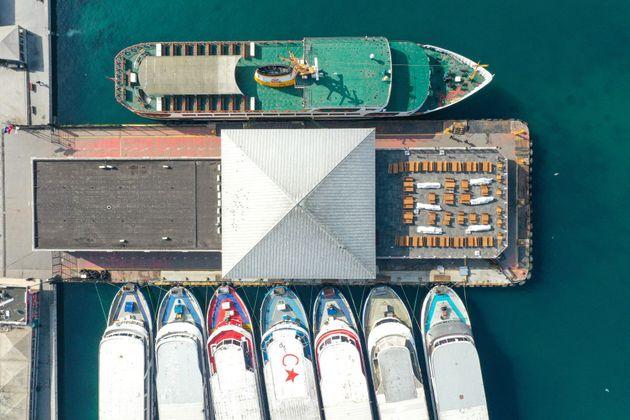 Barcos atracados en el puerto de Karakoy, Turquía, durante un toque de