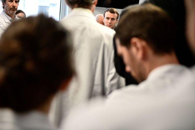 Emmanuel Macron (ici le 27 février 2020 à la Pitie-Salpetriere) peut-il obliger les soignants...