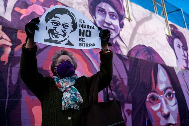 Una mujer, el pasado enero, frente a un mural feminista que Vox quiso