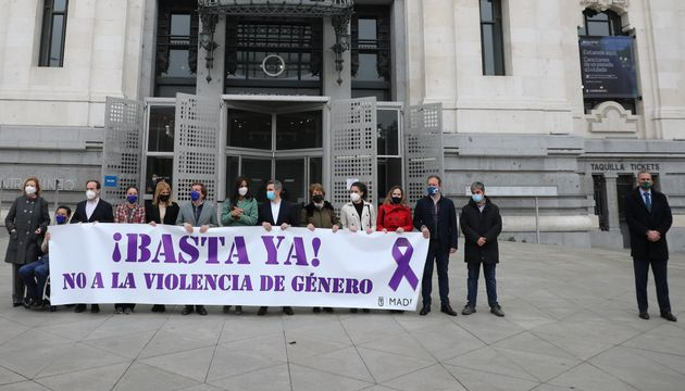 Portavoces de los grupos políticos en el Ayuntamiento de Madrid, este jueves, en el minuto de silencio...