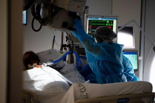Dos sanitarias atienden a un paciente en una