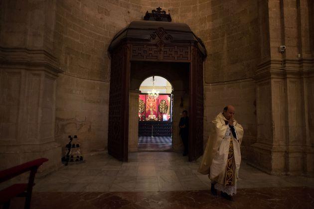 Un sacerdote, en la Colegiata de Santa María la Mayor de Ronda, el 12 de abril de