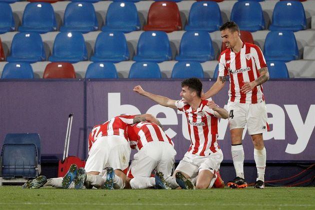 Los jugadores del Athletic celebran el gol del pase a la