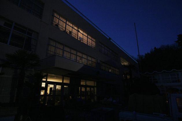 東日本大震災で設置された避難所の一つ、節電で夜は真っ暗になっていた(2011年4月撮影、本文に出てくる被害とは関係がありません)