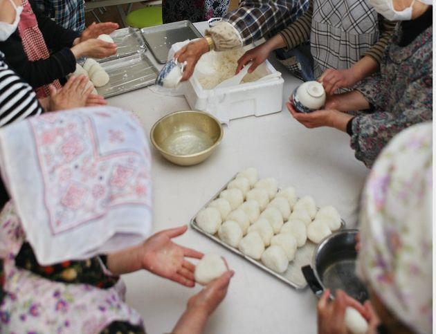避難所で炊き出しを担う女性たち(2011年4月撮影)