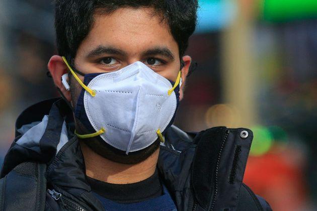 Ερευνα: Η διπλή μάσκα βοηθά ελάχιστα στον περιορισμό της εξάπλωσης του
