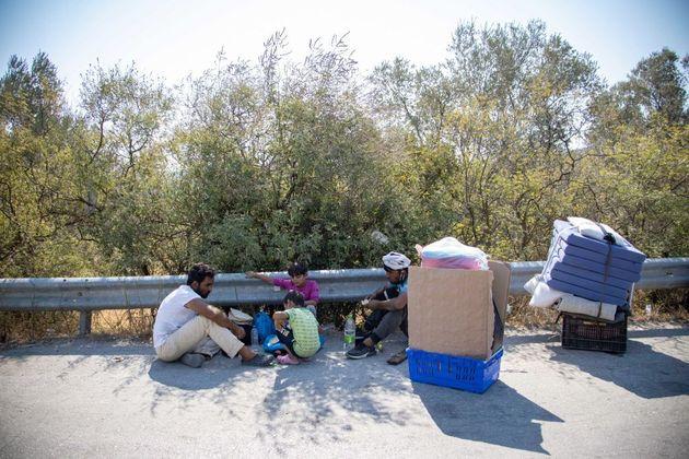Guardian: Χιλιάδες πρόσφυγες στην Ελλάδα κινδυνεύουν να μείνουν
