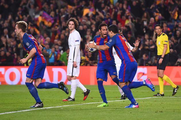 Neymar et Luis Suarez célèbrent un des 6 buts du FC Barcelone face au PSG, lors de la