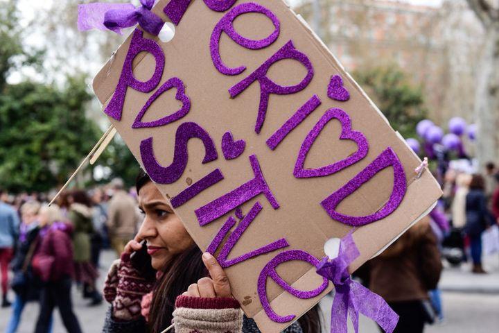 Una mujer participa en la manifestación del 8 de marzo de 2020 en Madrid.