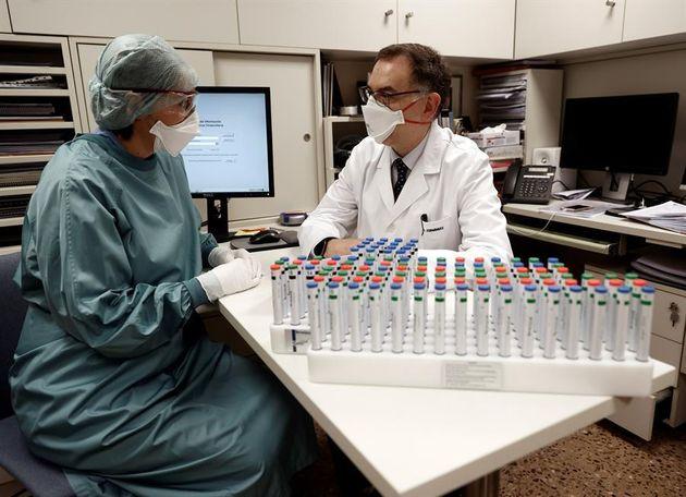 El doctor Secundino Fernández, junto a la técinco del laboratorio de voz, Beatriz del