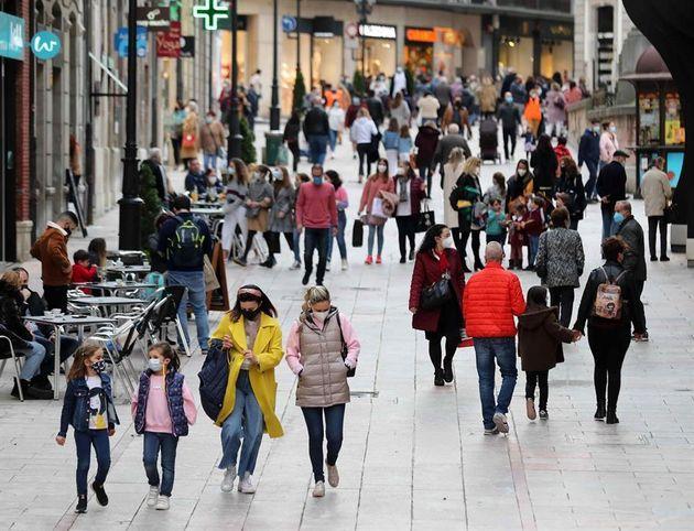 Varias personas pasean por una calle del centro de
