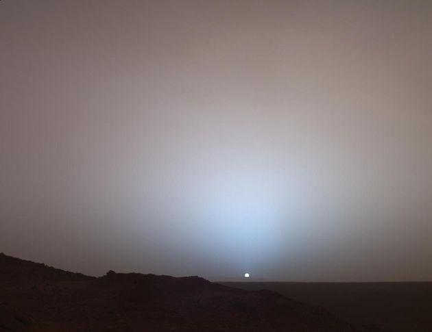 Hλιοβασίλεμα στον κρατήρα Gusev του Άρη, όπως καταγράφηκε από το όχημα Πνεύμα (Spirit) της αμερικανικής...