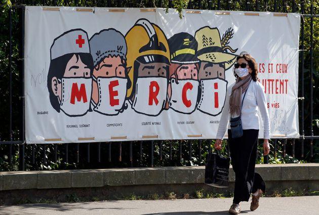 Une banderole de l'artiste Regis Leger alias Dugudus remerciant le personnel de santé, les commerçants,...