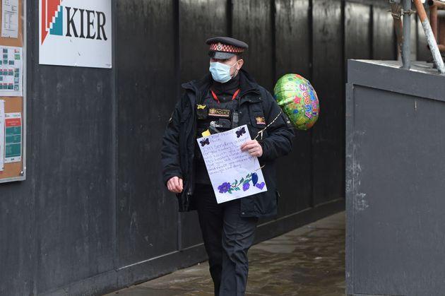 Αστυνομικός μεταφέρει ένα γράμμα για «περαστικά» στον