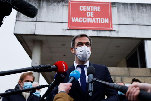 Olivieir Véran devant le Groupe Hospitalier Sud Ile-de-France, à Melun en février