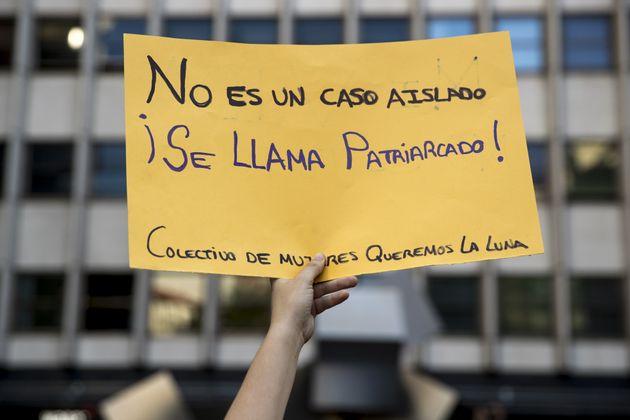 Una mujer sostiene una pancarta contra el patriarcado en una