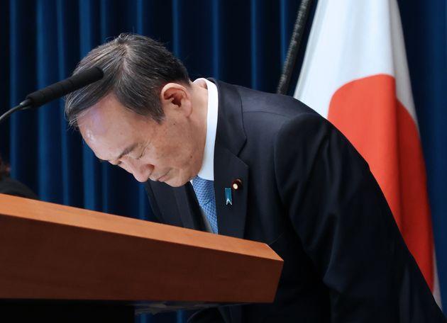 1都3県の緊急事態宣言再延長に関して記者会見し、頭を下げる菅義偉首相=3月5日夜、首相官邸