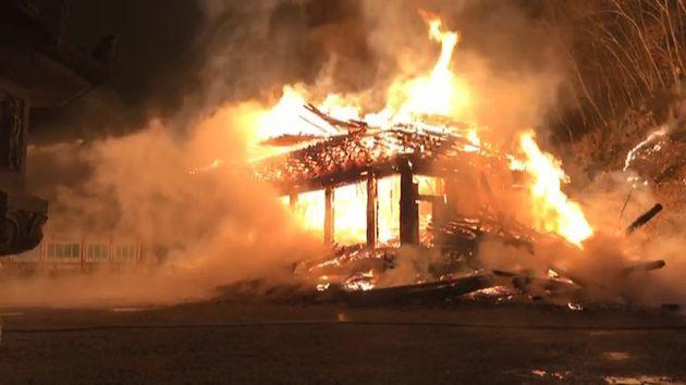 5일 오후 6시 50분께 전북 정읍시 내장사 안쪽에 자리잡은 대웅전에서 방화로 추정되는 화재가 발생해 불길이 치솟고