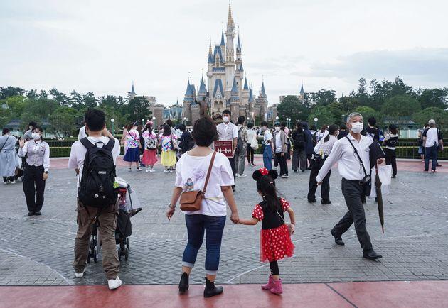 新型コロナの影響による休業から約4カ月ぶりに営業を再開した東京ディズニーランド=7月1日、千葉県浦安市