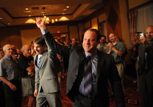 連邦議員に立候補していた時に、パートナーのレイス氏(左)と支持者に手を振るポリス氏(2008年8月12日)
