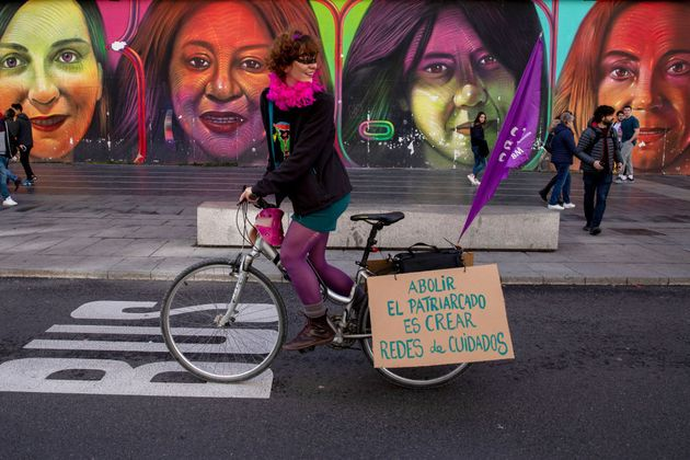 Una mujer participa montada en su bicicleta en la manifestación del