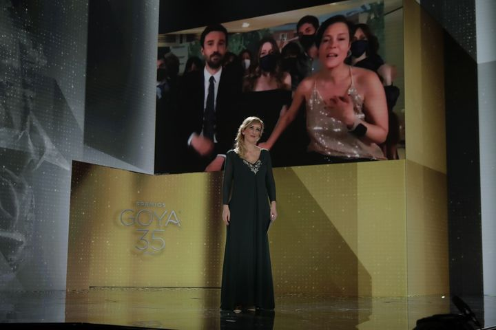 La enfermera Ana María Ruiz anuncia el Goya a Mejor Película ©Miguel Córdoba  y Alberto Ortega – Cortesía de la Academia de Cine
