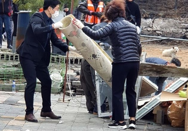 한정애 환경부 장관이 배우 이용녀씨의 유기동물보호소에서 화재 복구 작업을