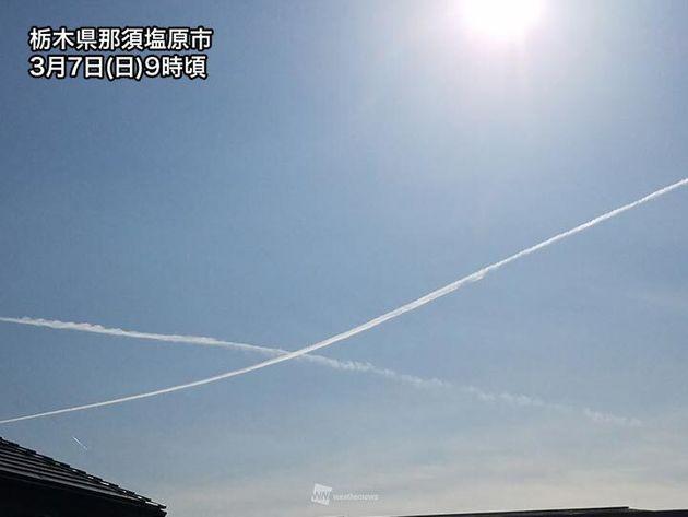 関東で長く伸びる飛行機雲。青空がキャンバスかのよう(写真)