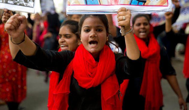 「国際女性デー」の日、街頭で声をあげる女性たち=2019年3月8日、インド・ニューデリー(本文とは直接の関係はありません)