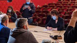 Bachelot en visite surprise aux occupants du théâtre de