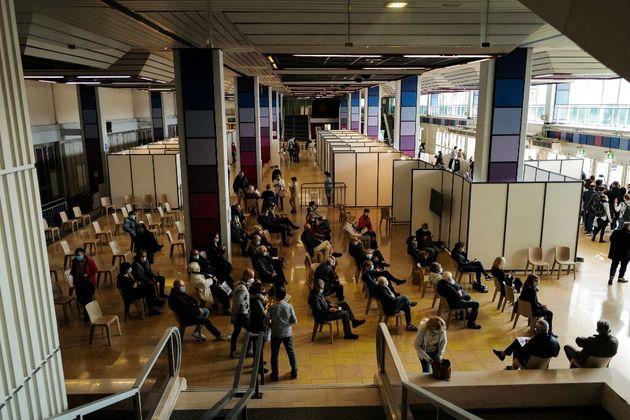 Des gens attendant de se faire vacciner le Parc des expositions de Nice ce samedi 6 mars