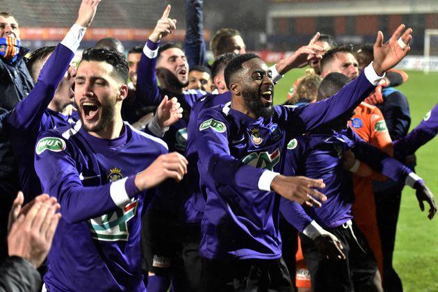 Les joueurs de Canet-en-Roussillon célébrant leur victoire contre l'OM en Coupe de France,...