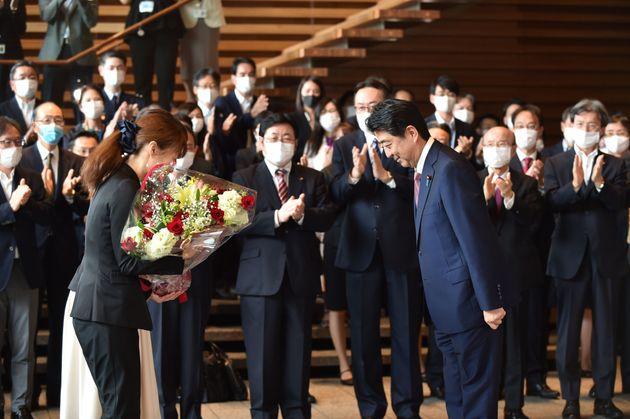総辞職した安倍晋三前首相が官邸を去る前、女性職員が花束を贈呈していた。