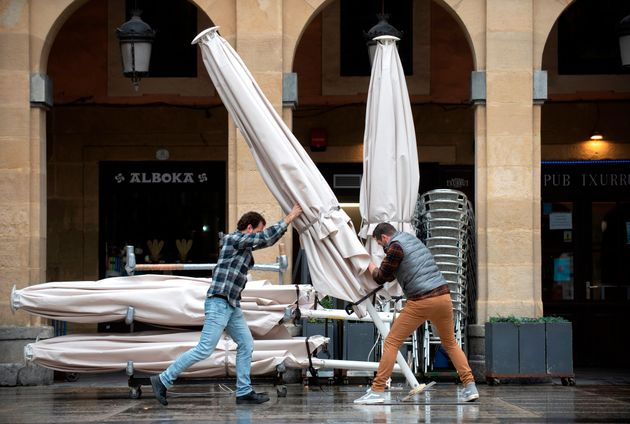 Hosteleros montando una terraza en el País