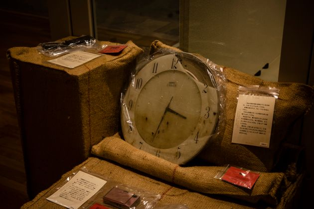 「東日本大震災の記録と津波の災害史」の展示物。「気仙沼魚市場の屋根の下にある時計、3時33分で止まってだね。(中略)気仙沼では、最大波が上がったのはその時間なんだね。俺はね、2時46分でなくて、3時33分に黙とうすんだよね。気仙沼ではその時間に亡くなった人が一番多いはずだからね」