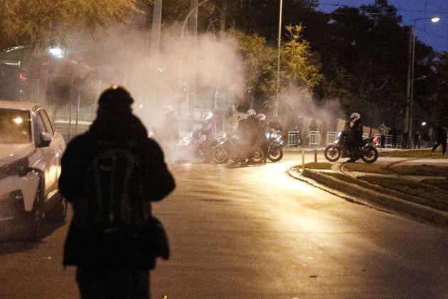 Επεισόδια μεταξύ της αστυνομίας και πολιτών πρίν από λίγο στην Πλατεία της Ν.Σμύρνης, όταν πολίτες διαμαρτυρήθηκαν...
