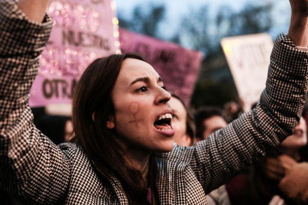 Una mujer se manifiesta en Madrid durante el Día Internacional de la Mujer en