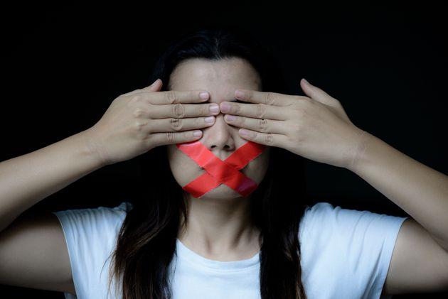 Una donna zittita da un pretesto