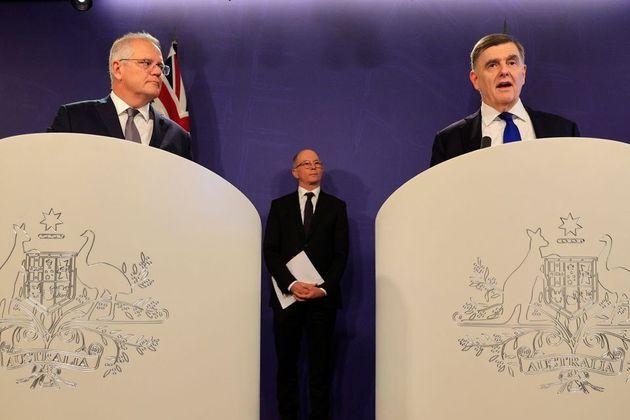 El primer ministro australiano Scott Morrison (izquierda), el doctor Brendan Murphy, Secretario de Sanidad...