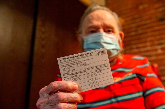 Ένας Αμερικανός ηλικίας 81 ετών επιδεικνύει την κάρτα εμβολιασμού για