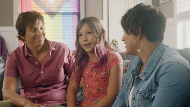 <strong>Parents Ellie and Ashley talking with their daughter Sawyer about hair care and self-expression.</strong><br />(Photograph: Courtesy of Pantene)