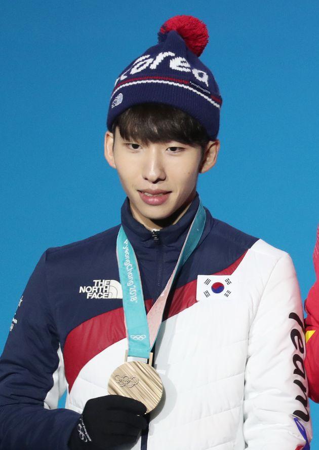 임효준이 2018 평창동계올림픽 메달 세리머니에서 메달을 목에 걸고 포즈를 취하고
