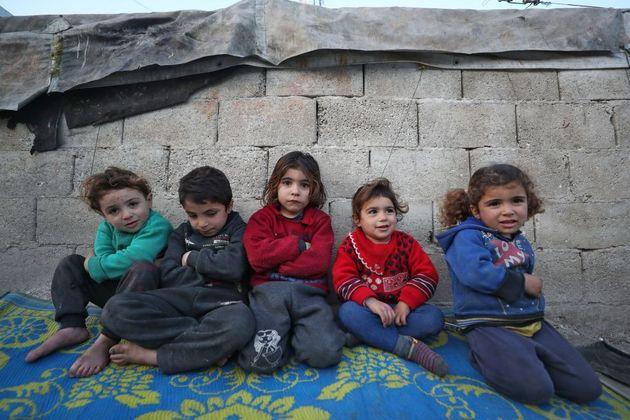 Bambini siriani sfollati nella provincia di Idlib, al confine con la