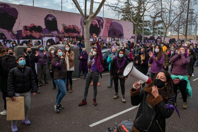 Un grupo de mujeres protesta junto al mural feminista de Ciudad Lineal, que ha sido