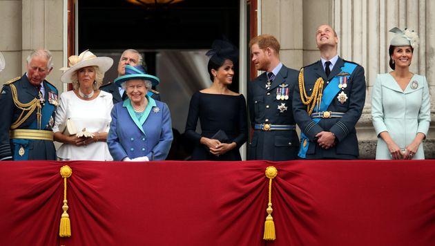 La entonces Familia Real británica, celebrando el centenario de la Royal Air Force en Buckingham, en
