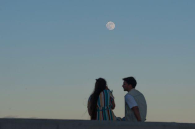 Una pareja en Málaga, durante el eclipse lunar del 5 de junio de